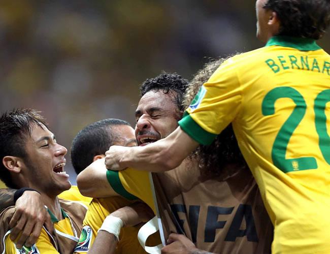 El delantero de Brasil, Fred (c), celebra su segundo gol, el cuarto de su equipo ante Italia, durante el partido, correspondiente al grupo A de la Copa Confederaciones. Foto: EFE