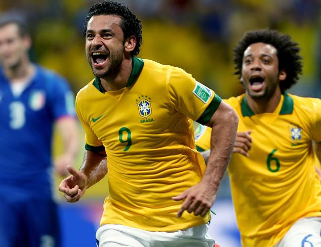 El delantero de Brasil, Fred (i), celebra su segundo gol, el cuarto de su equipo ante Italia, junto a su compañero Marcelo Vieira. Foto: EFE