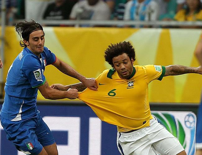 El defensa de Brasil, Marcelo Vieira (d), lucha el balón con Alberto Aquilani, de Italia, durante el partido, correspondiente al grupo A de la Copa Confederaciones. Foto: EFE