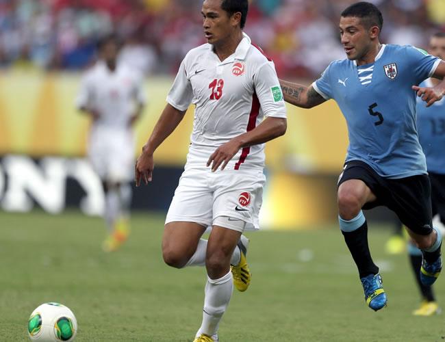 El delantero de la selección de Tahití, Steevy Chong Hue (d), controla el balón junto a Walter Gargano, de Uruguay, durante el partido, correspondiente al Grupo B de la Copa Condeferaciones. Foto: EFE