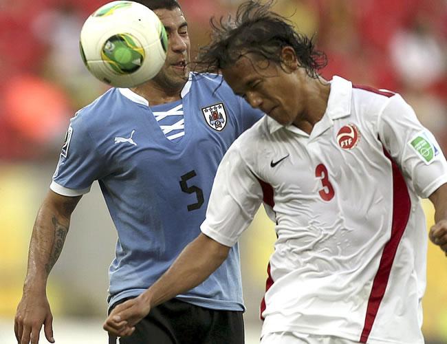 El centrocampista de Uruguay Walter Gargano (i) disputa un balón aéreo con el delantero de Tahití Marama Vahirua (d) durante el partido, correspondiente al Grupo B de la Copa Condeferaciones. Foto: EFE