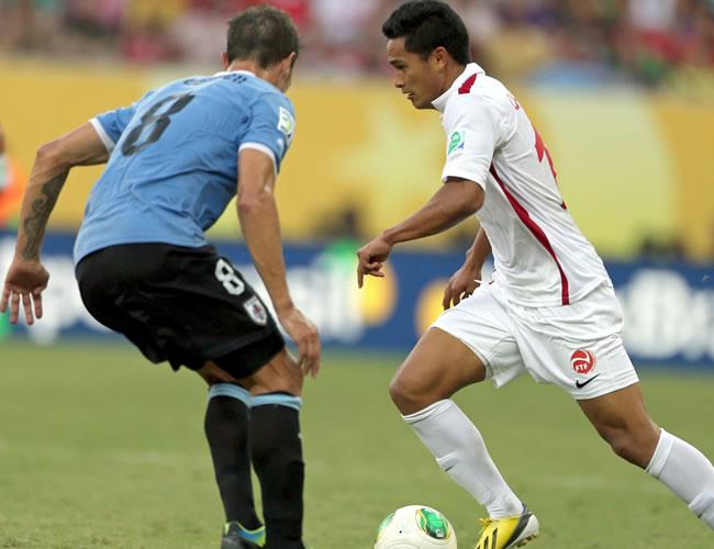El centrocampista de Uruguay Sebastian Eguren (i) pelea un balón ante el delantero de Tahití Steevy Chong Hue (d) durante el partido, correspondiente al Grupo B de la Copa Condeferaciones. Foto: EFE