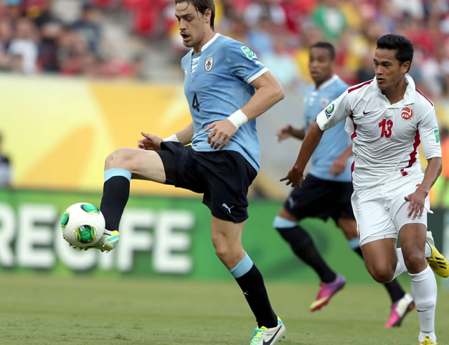 El defensa de Uruguay Sebastian Coates (i) controla el balón ante el delantero de Tahití Steevy Chong Hue (d) durante el partido, correspondiente al Grupo B de la Copa Condeferaciones. Foto: EFE