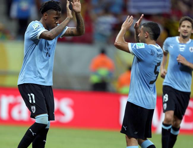 Los jugadores de Uruguay Abel Hernández (i) y Walter Gargano celebran uno de los goles durante el partido ante Tahití, correspondiente al Grupo B de la Copa Confederaciones. Foto: EFE