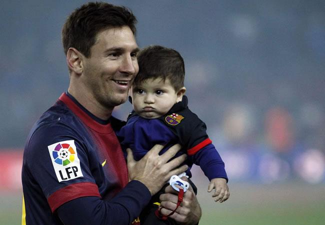 Leo Messi con su hijo Thiago. Foto: EFE