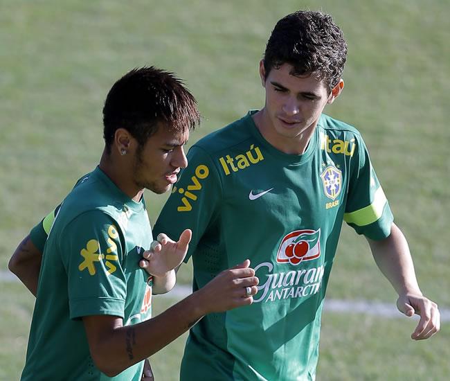 Los jugadores de Brasil Neymar (i) y Oscar (d) bromean durante un entrenamiento. Foto: EFE