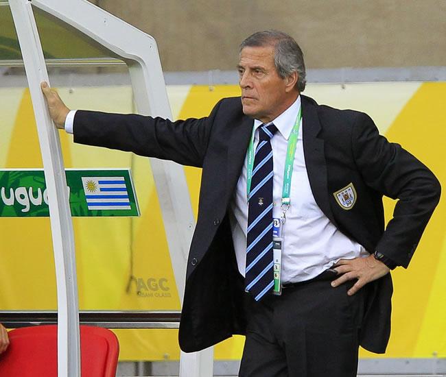 El director técnico de Uruguay Óscar Tabárez observa ante Brasil. Foto: EFE
