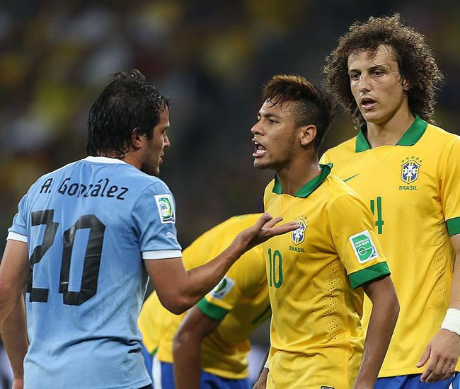 El centrocampista de la selección de Uruguay, Álvaro González (i), se encara con Neymar da Silva. Foto: EFE