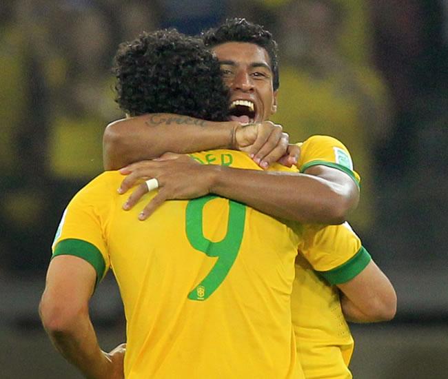 Los jugadores de la selección de fútbol de Brasil Paulinho y Fred celebran ante Uruguay. Foto: EFE