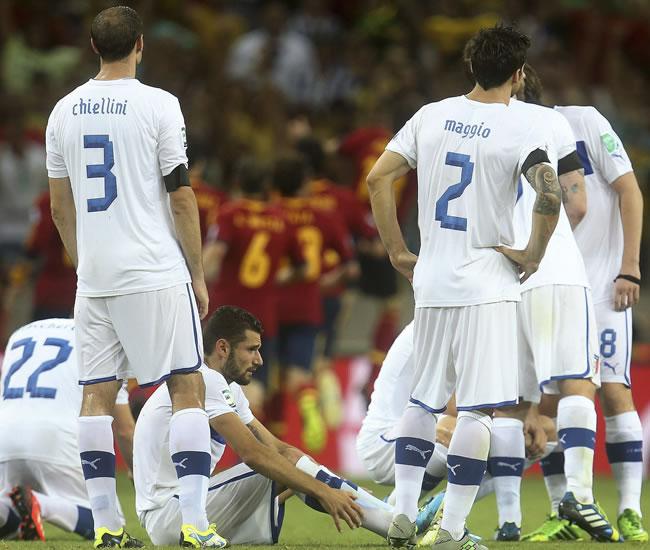 Los jugadores de la selección italiana muestran su decepción tras perder ante España. Foto: EFE