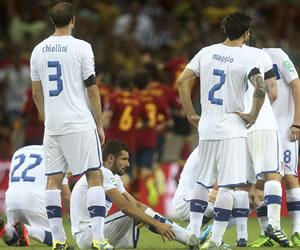 Los jugadores de la selección italiana muestran su decepción tras perder ante España