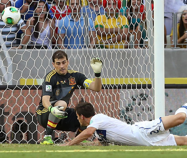 Christian Maggio (adelante) de Italia en acción ante el arquero de España Iker Casillas. Foto: EFE