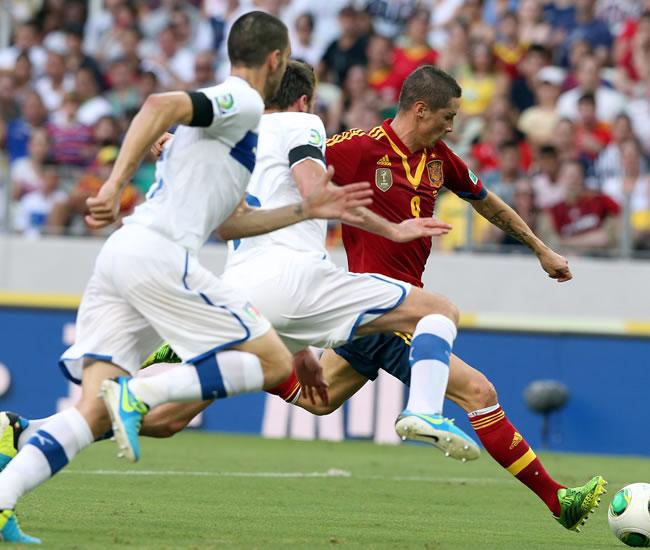Fernando Torres (d) de España en acción ante Italia durante la semifinal de la Copa Confederaciones. Foto: EFE