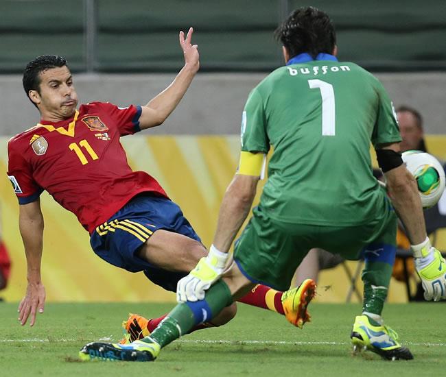 Pedro (i) de España en acción ante el arquero Gianluigi Buffon (d) de Italia. Foto: EFE