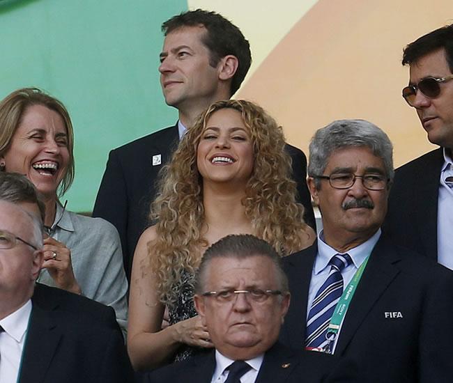 La cantante colombiana Shakira (c), en el palco del estadio Castelao durante el partido de la semifinal de la Copa Confederaciones. Foto: EFE