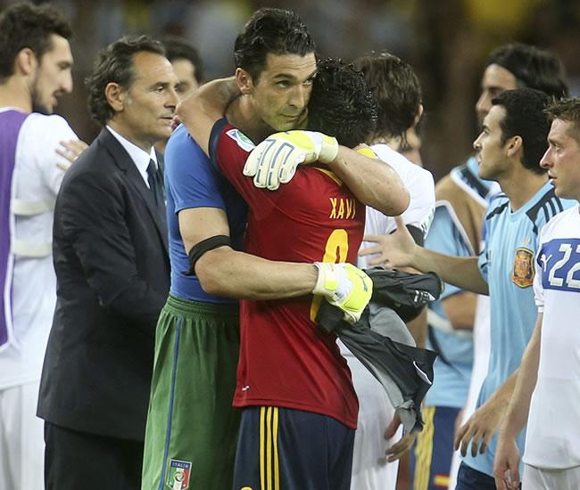 El portero italiano Buffon (i) saluda a Xavi, de España, al término del partido de la semifinal de la Copa Confederaciones. Foto: EFE