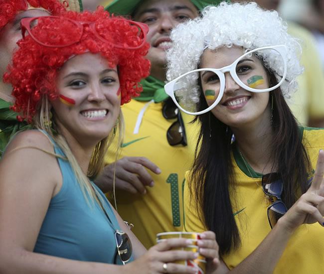 Aficionadas brasileñas antes del comienzo del partido de la semifinal de la Copa Confederaciones. Foto: EFE
