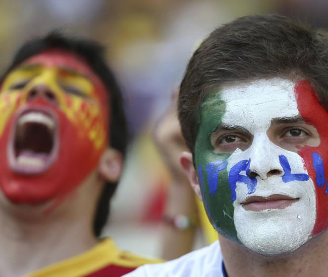 Aficionados españoles e italianos antes del comienzo del partido de la semifinal de la Copa Confederaciones. Foto: EFE