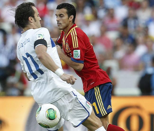 El delantero de España Pedro Rodríguez (d) y el delantero de Italia Alberto Gilardino. Foto: EFE