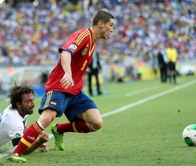Fernando Torres (d) de España en acción ante Andrea Pirlo (i) de Italia. Foto: EFE