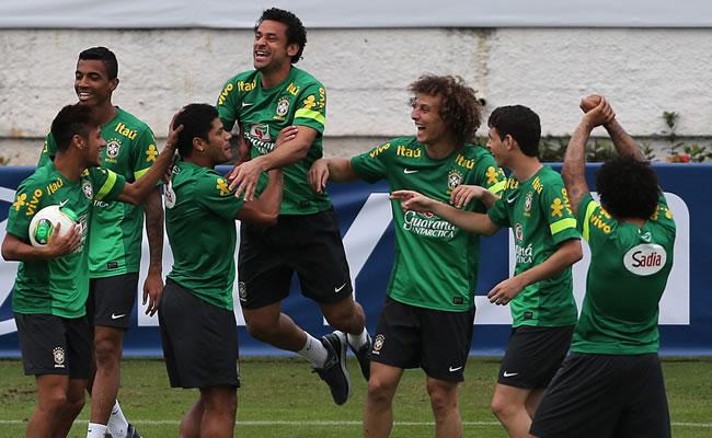 El jugador Neymar (i-adelante), Oscar (2d), David Luiz (3d) y sus compañeros de la selección de fútbol de Brasil. Foto: EFE