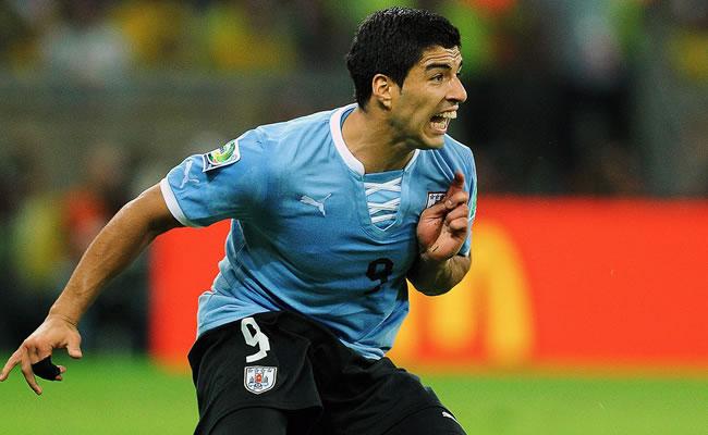 El jugador de Uruguay Luis Suarez espera el balón. Foto: EFE