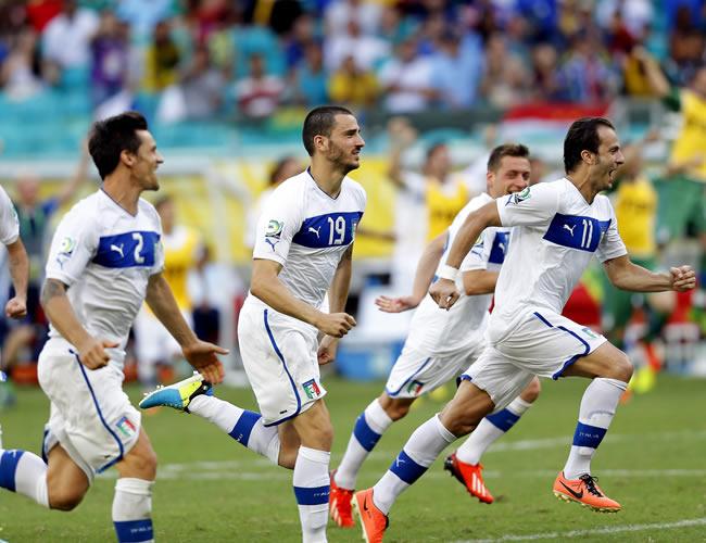 Los jugadores italianos celebran su victoria (2-2 y 2-3, en la tanda de penaltis) sobre Uruguay. Foto: EFE