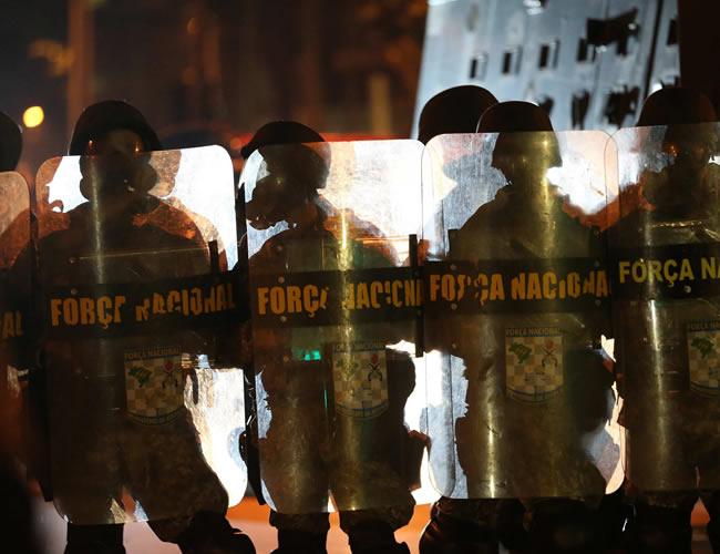 Autoridades intentan dispersar a los manifestantes que protestan cerca del Maracaná. Foto: EFE