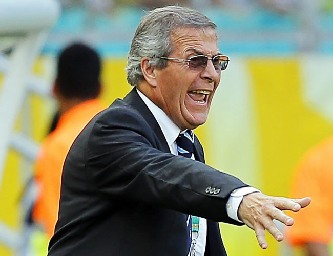 El seleccionador de fútbol de Uruguay, Óscar Tabares, da instrucciones a sus jugadores. Foto: EFE