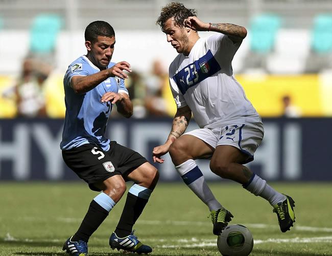 El centrocampista uruguayo Walter Gargano (i) lucha un balón con el centrocampista italiano Alessandro Diamanti. Foto: EFE