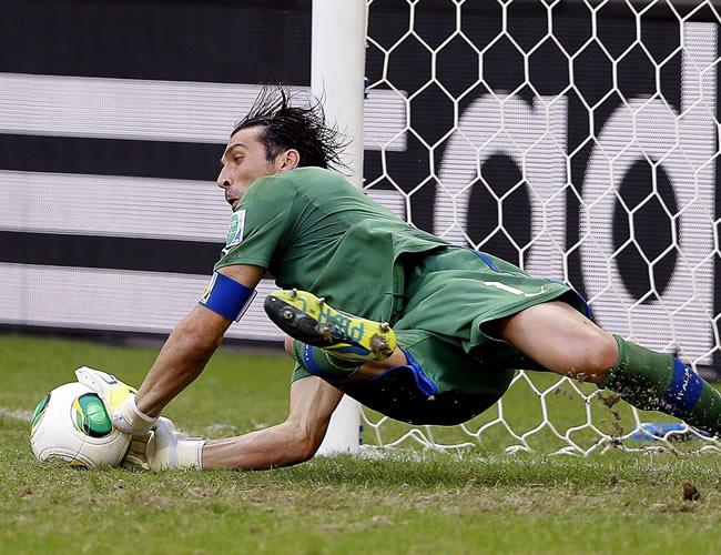 El guardameta italiano, Guianluigi Buffon, para un penalti durante el partido por el tercer y cuarto puesto de la Copa Confederaciones. Foto: EFE