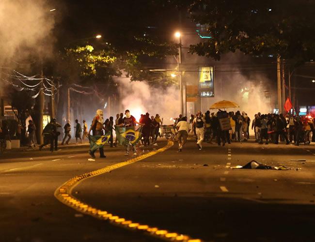 Manifestantes protestan en cercanías del estadio Maracaná. Foto: EFE