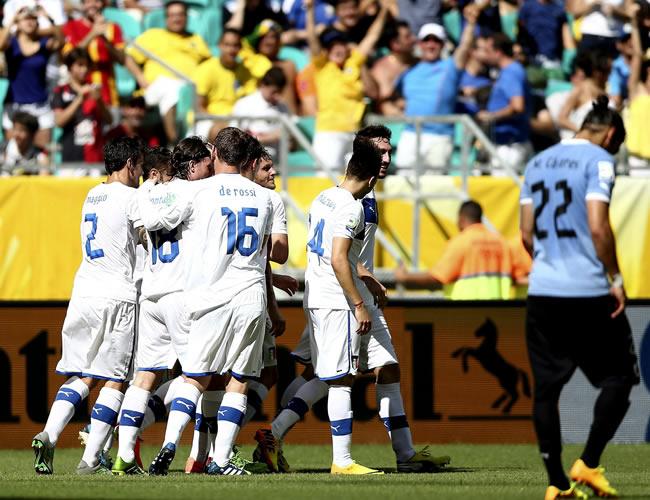 Varios jugadores de la selección italiana celebran el gol marcado por su compañero Alessandro Diamanti. Foto: EFE