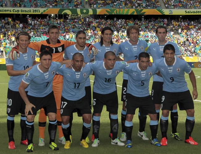 Los jugadores de Uruguay posan antes del inicio del partido. Foto: EFE
