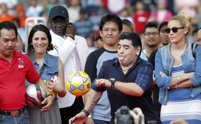 Maradona llega a Indonesia para impartir clases magistrales a los niños. EFE