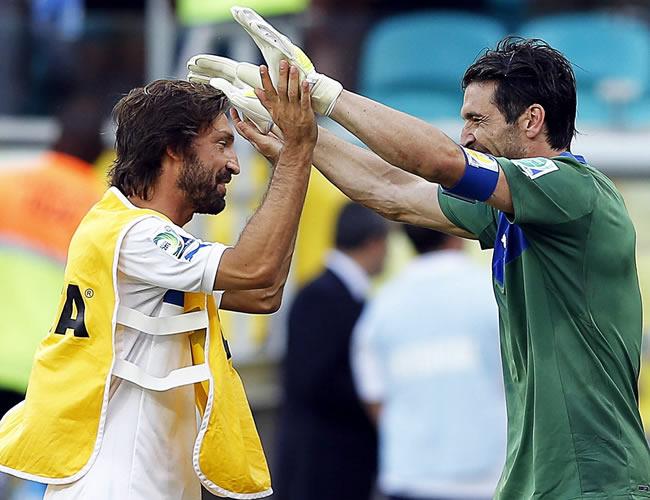 El guardameta italiano Gianluigi Buffon (d) es felicitado por su compañero Andrea Pirlo (i). Foto: EFE
