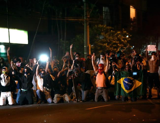 Miles de personas protestan con carteles y banderas a favor de la educación y en contra de la corrupción y la concesión del estadio Maracaná a la gestión de empresas privadas. Foto: EFE