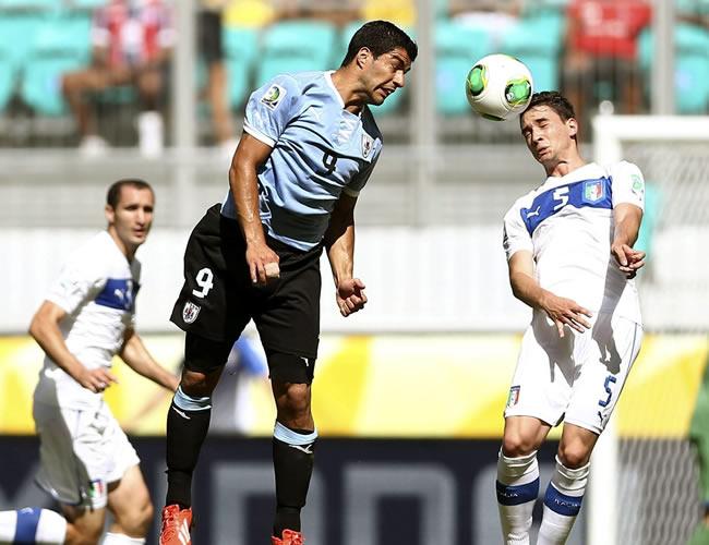 El delantero uruguayo Luis Suárez (i) lucha un balón con el defensa italiano Mattia de Sciglio. Foto: EFE