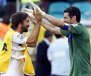 El guardameta italiano Gianluigi Buffon (d) es felicitado por su compañero Andrea Pirlo (i) tras parar un penalti y conseguir la victoria de Italia
