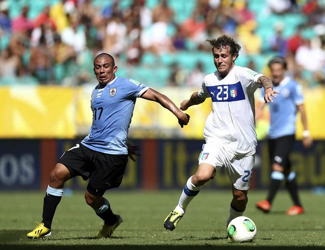 El centrocampista italiano Alessandro Diamanti (d) con el balón ante el centrocampita uruguayo Egidio Arévalo. Foto: EFE