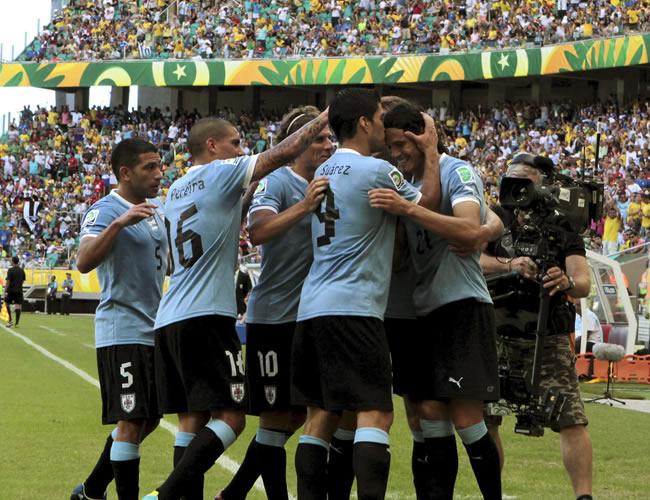El delantero de Uruguay Edison Cavani (d) celebra con sus compañeros el gol que ha marcado a Italia. Foto: EFE