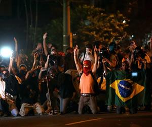 Miles de personas protestan con carteles y banderas a favor de la educación y en contra de la corrupción y la concesión del estadio Maracaná a la gestión de empresas privadas