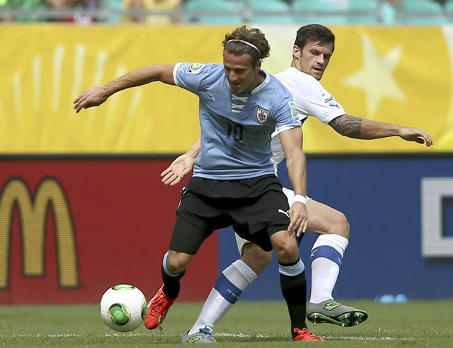 El centrocampista italiano Riccardo Montolivo (d) lucha un balón con el delatero uruguayo Diego Forlán (i). Foto: EFE