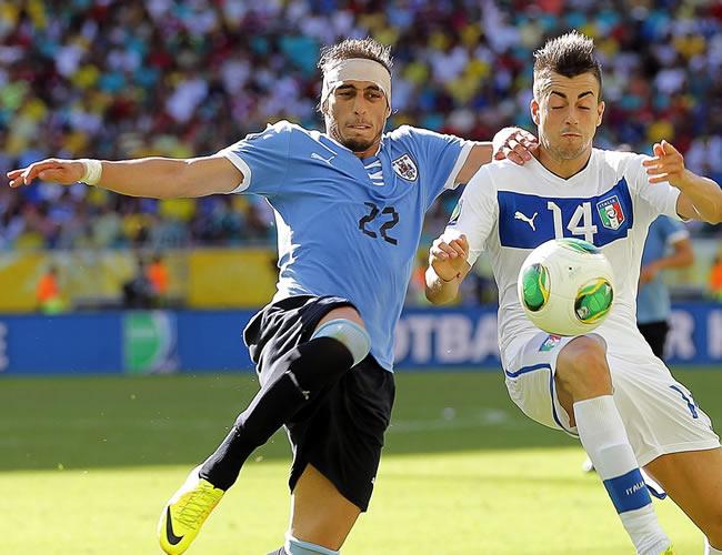El jugador uruguayo Martín Cáceres (i) pelea por el balón con el italiano Stephan El Shaarawy. Foto: EFE