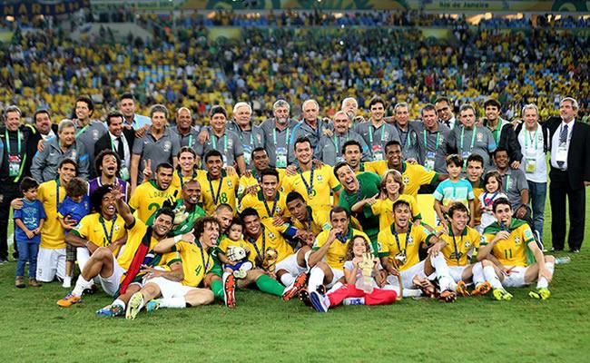 Los jugadores y el equipo técnico de la selección brasileña posa con el trofeo, tras vencer a España en la final de la Copa Confederaciones. Foto: EFE