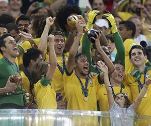 Neymar alza el trofeo de campeón de la Copa Confederaciones