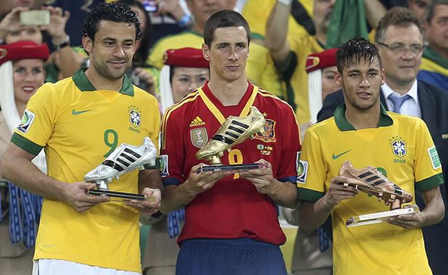 El español Fernando Torres (c), Bota de Oro, y los brasielños Fred (i), Bota de Plata, y Neymar, de Bronce, posan con sus trofeos. Foto: EFE