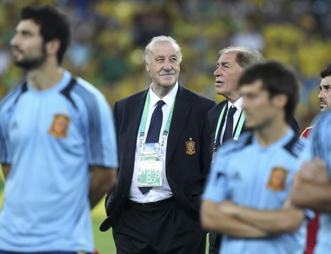 El seleccionador español, Vicente del Bosque (2-i), y su ayudante Toni Grande (3-i) al término de la final de la Copa Confederaciones. Foto: EFE