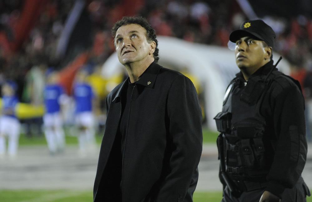El entrenador del equipo Atlético Mineiro, Cuca (i), observa durante el partido de semifinales de Copa Libertadores. Foto: EFE