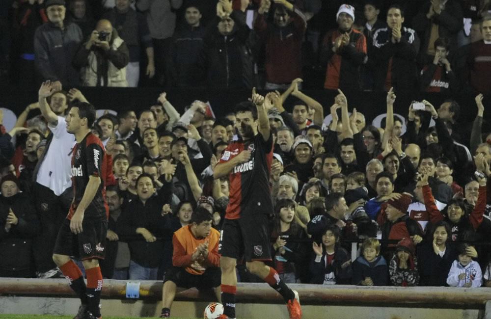 El jugador de Newell's Old Boys Ignacio Scocco (d) celebra su gol ante Atlético Mineiro. Foto: EFE